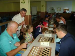 Голова Бершадської районної ради Грабчак Микола Петрович виконує символічний перший хід турніру